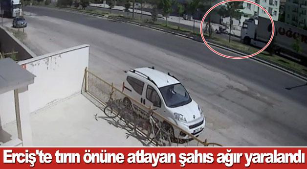 Erciş'te tırın önüne atlayan şahıs ağır yaralandı