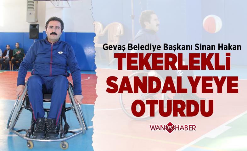 Başkan Hakan, engeli yaşama dikkat çekmek için tekerlekli sandalyeye oturdu