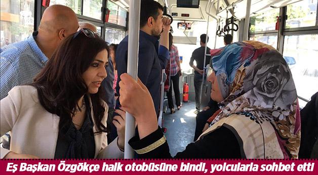 Eş Başkan Özgökçe halk otobüsüne bindi, yolcularla sohbet etti