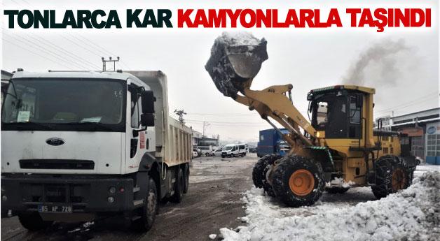 Tonlarca kar kamyonlarla taşındı